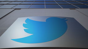 Panneau extérieur de signage avec Twitter, Inc logo Immeuble de bureaux moderne Rendu 3D éditorial Photographie stock libre de droits