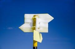Panneau gelé de panneau routier en métal jaune Images libres de droits