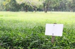 Panneau indicateur blanc sur la zone d'herbe Photos libres de droits
