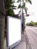 Panneau indicateur blanc sur le bord de la route Photo stock