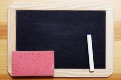 Panneau noir avec la craie et l'éponge Photo libre de droits