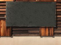 Panneau noir en bois de vintage rustique vide vide accrochant sur le mur en bois, l'espace de copie prêt pour le message, l'image Photo stock