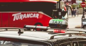 Panneau parisien de taxi attendant dans le trafic Photographie stock
