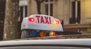 Panneau parisien de taxi attendant dans le trafic Images stock