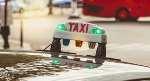 Panneau parisien de taxi attendant dans le trafic Image stock