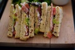 Panneau publicitaire porté par un homme-sandwich Images stock