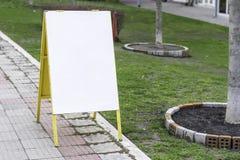 Panneau publicitaire porté par un homme-sandwich vide sur une promenade de rue Photos libres de droits