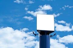 Panneau-réclame blanc au-dessus du ciel bleu photos libres de droits