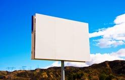 Panneau-réclame blanc blanc de bord de la route sur le backgrou de ciel Images libres de droits
