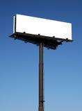 Panneau-réclame blanc contre le ciel bleu Photographie stock libre de droits