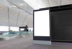 Panneau-réclame blanc dans l'aéroport Image stock
