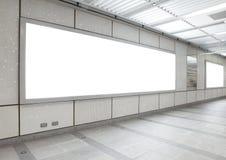 Panneau-réclame blanc dans la construction de ville Photographie stock libre de droits