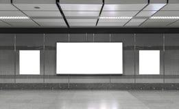 Panneau-réclame blanc dans le souterrain Utile pour votre publicité photos stock