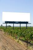 Panneau-réclame blanc dans une vigne Photographie stock