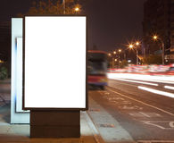 Panneau-réclame blanc la nuit dans la rue de ville Images libres de droits