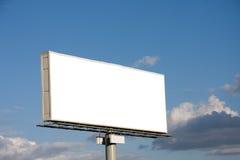 Panneau-réclame blanc sur le ciel bleu Photos libres de droits