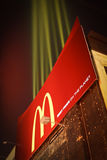 Panneau-réclame de lumières de pommes frites de McDonalds Photographie stock