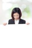 Panneau-réclame de regard de femme d'affaires avec l'espace de copie Photographie stock