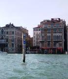 Panneau routier au canal à Venise photographie stock libre de droits