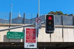 Panneau routier : Aucune marchandises dangereuses dans le tunnel, bas dégagement i de tunnel images libres de droits
