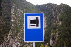 Panneau routier avec l'appareil-photo 8 x 10 pour indiquer la tache de photo près d'Ainsa, Huesca, Espagne en montagnes de Pyréné Photographie stock