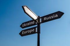 Panneau routier avec l'inscription Ukraine Russie l'Europe contre le ciel bleu image libre de droits