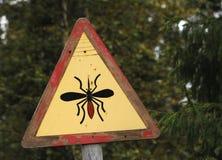 Panneau routier avertissant au sujet des moustiques en Laponie finlandaise Photo libre de droits