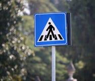 Panneau routier avertissant le passage pour piétons dans la ville Image libre de droits