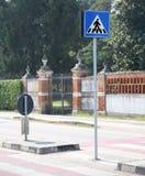 Panneau routier avertissant le passage pour piétons dans la ville et le pedest Photographie stock libre de droits