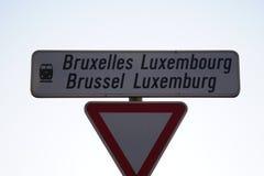Panneau routier bilingue français-néerlandais à Bruxelles, Belgique image stock