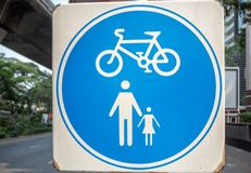 Panneau routier bleu et blanc de cercle sur la plaque d'acier carrée blanche pour la zone de piéton et de bicyclette images stock