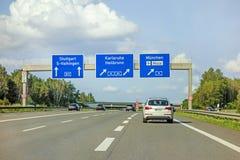 Panneau routier d'autoroute sur l'autoroute A81, Stuttgart/Vaihingen - Karlsruhe/Heilbronn/Munich Images libres de droits