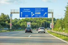 Panneau routier d'autoroute sur l'autoroute A81, Stuttgart/Vaihingen - Karlsruhe/Heilbronn/Munich Image stock