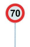 Panneau routier d'avertissement de zone de limitation de vitesse, d'isolement 70 kilomètres prohibitifs de kilomètre de kilomètre Images libres de droits