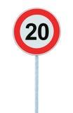 Panneau routier d'avertissement de zone de limitation de vitesse, d'isolement 20 kilomètres prohibitifs de kilomètre de kilomètre Photographie stock libre de droits
