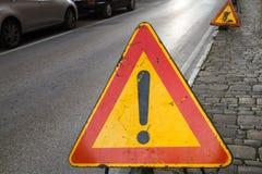 Panneau routier d'avertissement lumineux de triangle rouge et jaune Photo stock