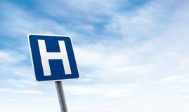 Panneau routier d'hôpital avec l'espace de copie de ciel images libres de droits