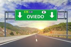 Panneau routier d'Oviedo sur la route Photographie stock