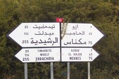 Panneau routier dans une route marocaine Image stock