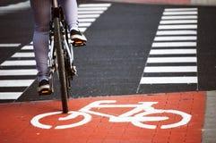 Panneau routier de bicyclette et cavalier de vélo Photographie stock libre de droits