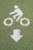 Panneau routier de bicyclette sur le plancher vert Image stock