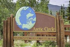 Panneau routier de cercle arctique en Alaska image stock