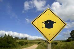 Panneau routier de concept d'éducation avec l'icône de chapeau d'université Images libres de droits