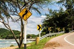 Panneau routier de courbe sur la colline haute Photo stock