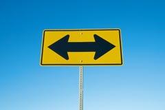 Panneau routier de deux flèches Images libres de droits