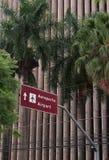 Panneau routier de direction d'aéroport à Goiania image libre de droits