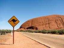 Panneau routier de kangourou, la roche des ayer, Australie Photos stock