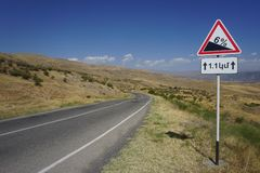 Panneau routier de l'Arménie 6 pour cent en descendant photo libre de droits