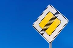 Panneau routier de la sécurité sur des routes photos libres de droits