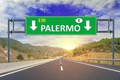 Panneau routier de Palerme sur la route Images stock